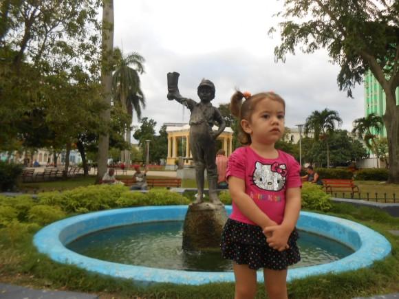 Niña frente al niño de la bota en el Parque Leoncio Vidal de Santa Clara. Foto: Julio A. Valdés Méliz / Cubadebate