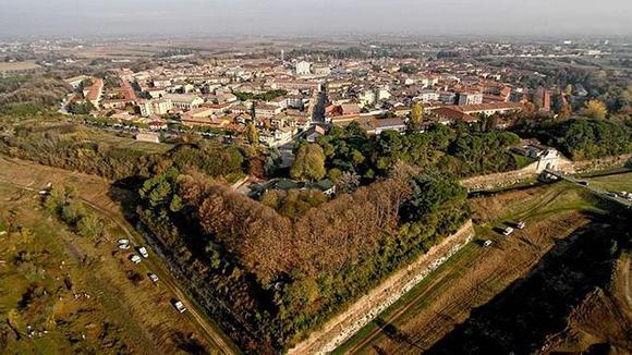 La ciudad ha sido diseñada estratégicamente como fortaleza militar.