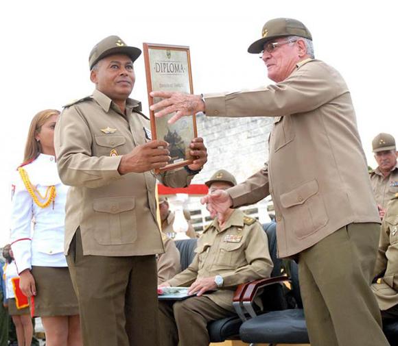 El general de cuerpo de ejército Álvaro López Miera (derecha) entregó al general de brigada Oscar Figueredo Castellanos, jefe de la unidad, un diploma firmado por el ministro de las FAR, en ocasión del aniversario. Foto: Ismael Batista / Granma