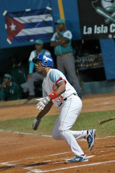 El avileño Yoelvis Fiss dispara jonrón con bases llenas y decide el partido frente a La Isla de la Juventud en el estadio José Ramón Cepero sede del primer partido de la gran final de la 54 Serie Nacional de Béisbol, en Ciego de Ávila, Cuba el 3 de abril de 2015. AIN FOTO/ Osvaldo GUTIÉRREZ GÓMEZ