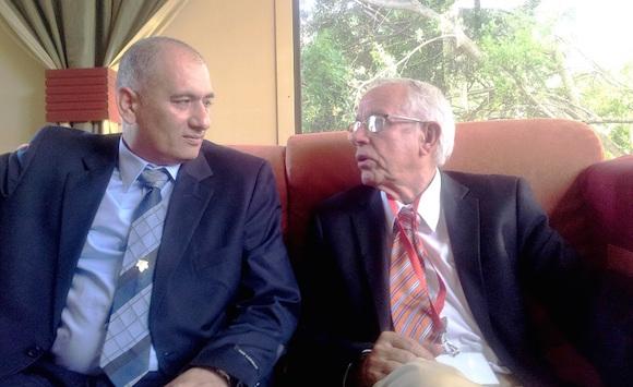 Jorge y Félix en el lobby del Hotel Palco, durante las sesiones de la Convención de Salud donde compartieron un panel sobre el papel de Cuba en el enfrentamiento al ébola. Foto: Flor de Paz.