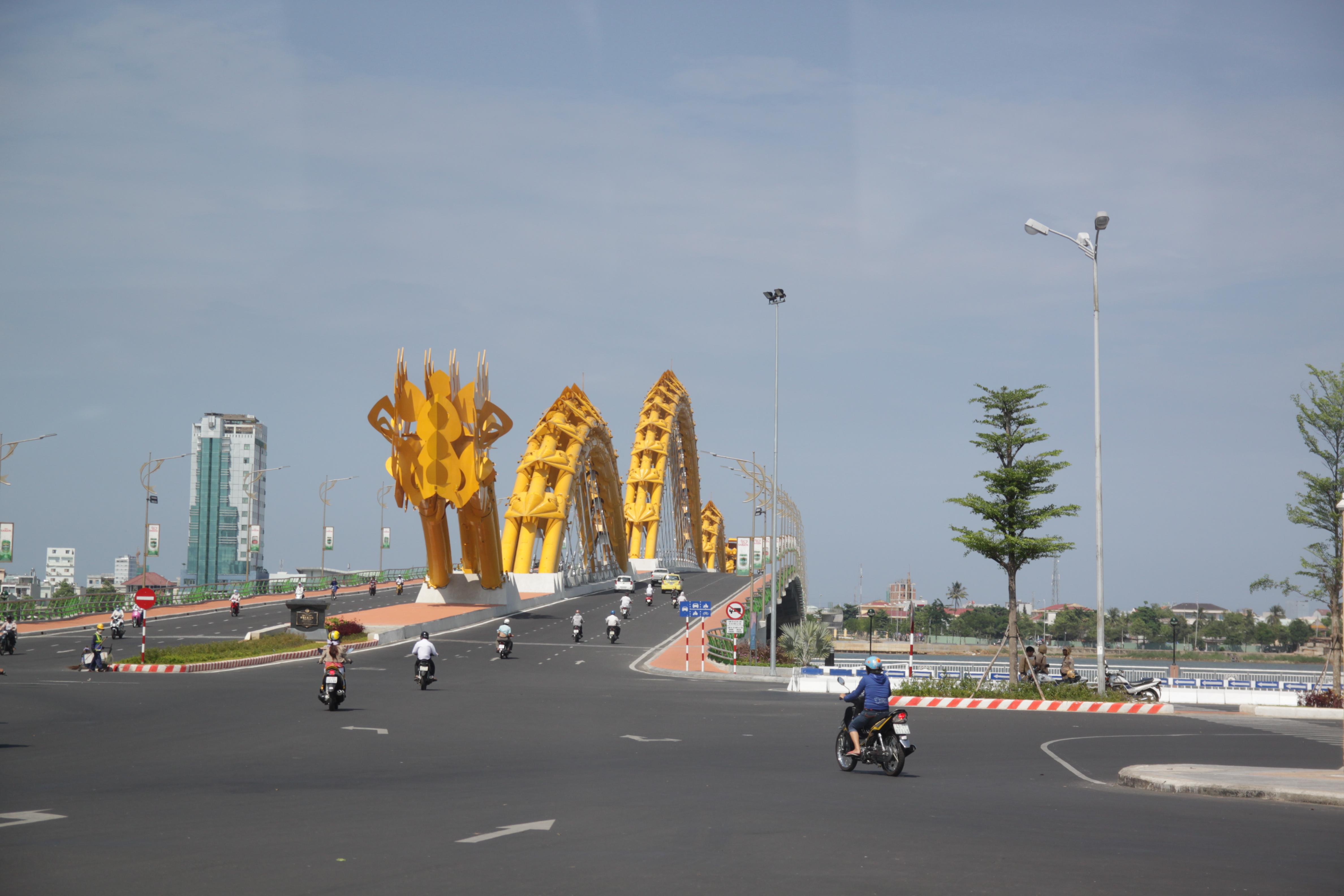 Puente del dragón en la próspera ciudad de Da Nang.