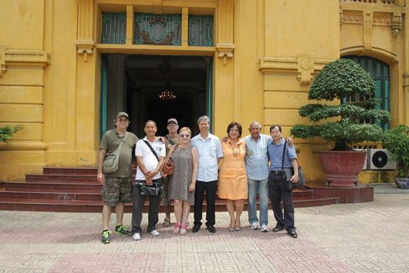 """Duong Minh al centro, con el equipo de filmación del documental cubano """"Viaje al país que ya no existe""""."""