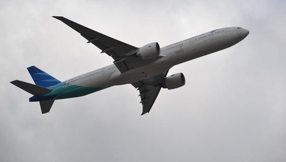 avion con joven indonesio