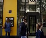 Una mujer usa un cajero del Banco Pireo en Atenas. /REUTERS.