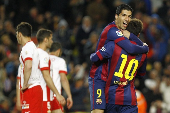 Luis Suárez se abraza a Messi tras marcar.