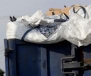 Camión de materias primas riega su cargamento por la vía pública. Foto: Ismael Francisco/ Cubadebate