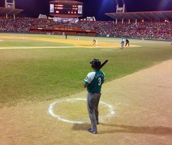 El receptor Luis Abel Castro antes de su hit del undécimo. Foto: Katheryn Felipe