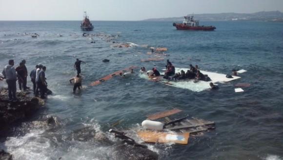 Operaciones de rescate son llevadas a cabo en la Isla de Rodas, Grecia, este lunes luego de que una embarcación que transportaba alrededor de 200 migrantes irregulares, naufragó. | Foto: Xinhua