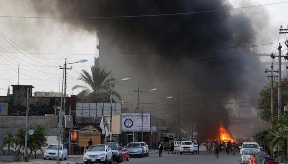 La televisión local mostró imágenes de un vehículo incendiado cerca de la entrada de la representación diplomática. Foto: AP