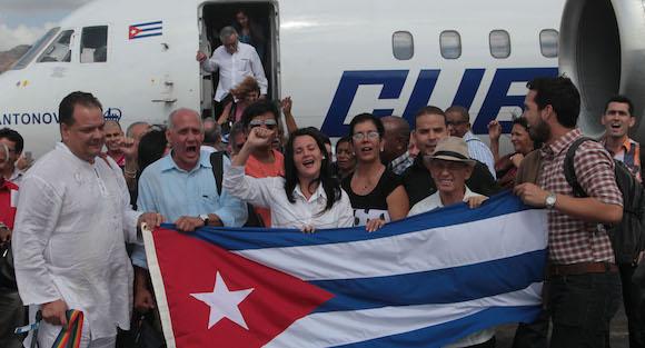 Llegada a la antigua Base Aérea Howard del primero grupo de cubanos que participará en los foros paralelos de la Cumbre de las Américas. Foto: Ismael Francisco/ Cubadebate