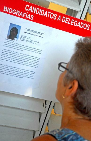 Elector se informa sobre los candidatos a delegados a las Asambleas Municipales del Poder Popular, durante las Elecciones Parciales, en Las Tunas, Cuba, el 19 de abril de 2015.  Foto: Yaciel PEÑA DE LA PEÑA/ AIN