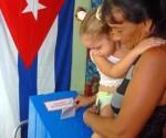 Una madre granmense junto a su hija menor ejerce su derecho al voto en la segunda vuelta de las  elecciones parciales para delegados a las Asambleas Municipales del Poder Popular, efectuadas en la ciudad de Bayamo, provincia de Granma, Cuba, el 26 de abril de 2015. AIN FOTO/Armando Ernesto CONTRERAS