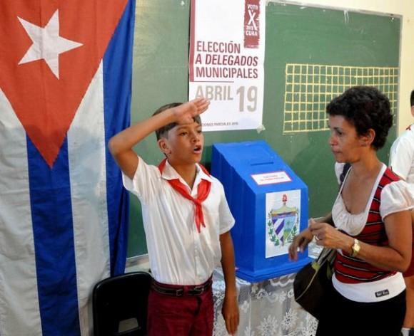 Ejercen su derecho al voto su derecho al voto electores del colegio electoral número 1, de la circunscripción número 6, en el municipio Playa, en La Habana, el 19 de abril de 2015. AIN FOTO/Marcelino VAZQUEZ HERNANDEZ