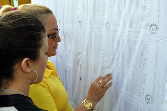 Electores antes de ejercer su derecho al voto, en el colegio electoral número 1, de la circunscripción número 6, en el municipio Playa, en La Habana, el 19 de abril de 2015. AIN FOTO/Marcelino VAZQUEZ HERNANDEZ/