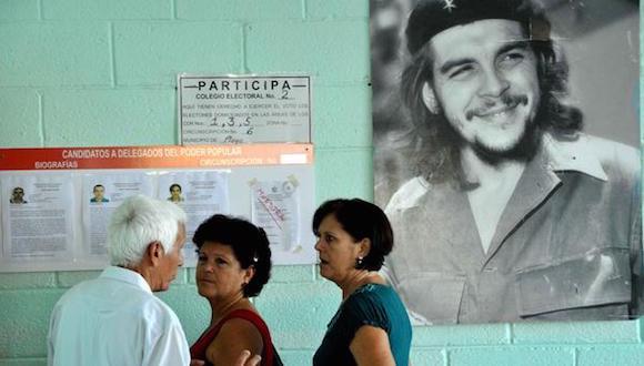 Electores antes de ejercer su derecho al voto, en el colegio electoral número 1, de la circunscripción número 6, en el municipio Playa, en La Habana, el 19 de abril de 2015. Foto: Marcelino VAZQUEZ HERNANDEZ/ AIN