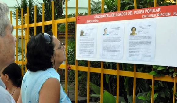 Electores antes de ejercer su derecho al voto, en el colegio electoral número 1, de la circunscripción número 6, en el municipio Playa, en La Habana, el 19 de abril de 2015. AIN FOTO/Marcelino VAZQUEZ HERNANDEZ