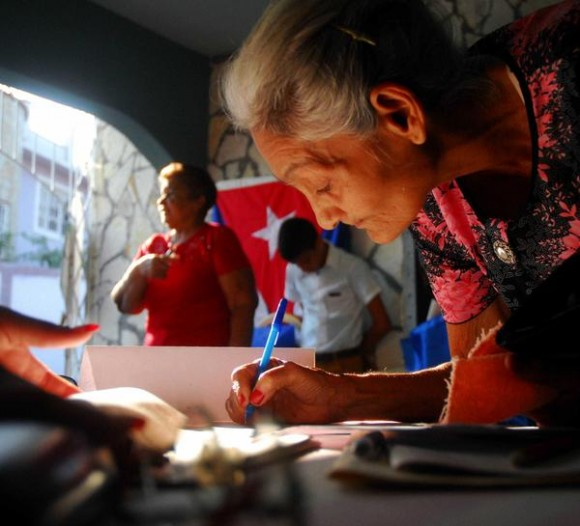 Electores de la tercera edad, desde temprano acuden a las urnas a ejercer su derecho al voto en las Elecciones Parciales, en Las Tunas, Cuba, el 19 de abril de 2015.     AIN  FOTO/ Yaciel PEÑA DE LA PEÑA/