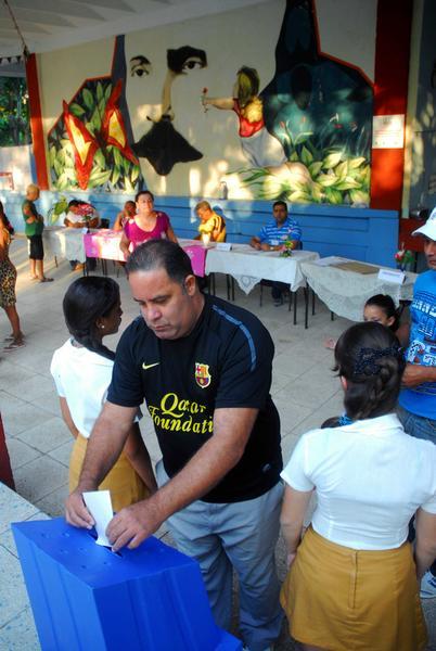Elector deposita su voto en la urna custodiada por pioneros, para elegir a su delegado a la Asamblea Municipal del Poder Popular, en Las Tunas, Cuba, el 19 de abril de 2015.     AIN  FOTO/ Yaciel PEÑA DE LA PEÑA/