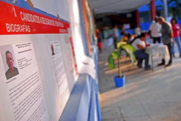 En los colegios, los electores también cuentan con la posibilidad de revisar una vez más las biografías de los candidatos a delegados a las asambleas municipales del Poder Popular, en Las Tunas, Cuba, el 19 de abril de 2015.     AIN  FOTO/ Yaciel PEÑA DE LA PEÑA/