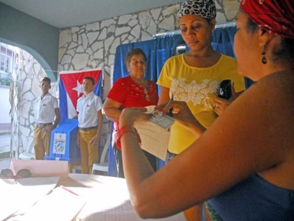 Registro de electores para el control del voto, previa muestra del Carnet de Identidad, en las Elecciones Parciales, en Las Tunas, Cuba, el 19 de abril de 2015.     AIN  FOTO/ Yaciel PEÑA DE LA PEÑA/