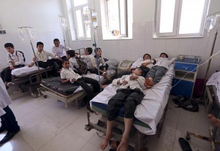 En la foto, estudiantes afganos son atendidos en un hospital caer enfermos en la provincia de Herat. Foto: Mohammad Shoib/Reuters