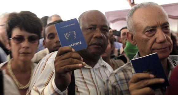 Los participantes cubanos se retiran de la sesión inaugural del Foro de la Sociedad Civil, en Panamá. Foto: Ismael Francisco/ Cubadebate