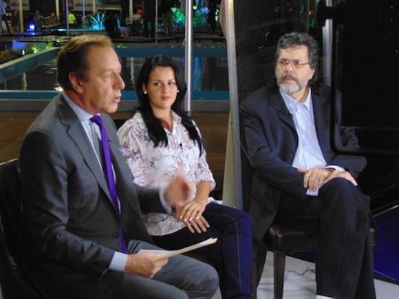 El escritor Abel Prieto y Liaena Martínez, del Comité Nacional de la Federación de Mujeres Cubanas, en transmisión directa desde los estudios de Telesur, con Jorge Gestoso. Foto: Cubadebate