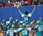 El lanzador derecho pinero Héctor Manuel Mendoza, y su equipo celebran la victoria, durante el sexto encuentro del play off final, entre los equipos de los Tigres de Ciego de Ávila y los Piratas de la Isla de la Juventud, en la 54 Serie Nacional de Béisbol, en el estadio José Ramón Cepero, en la capital avileña, el 10 de abril de 2015. AIN FOTO/Marcelino VAZQUEZ HERNANDEZ