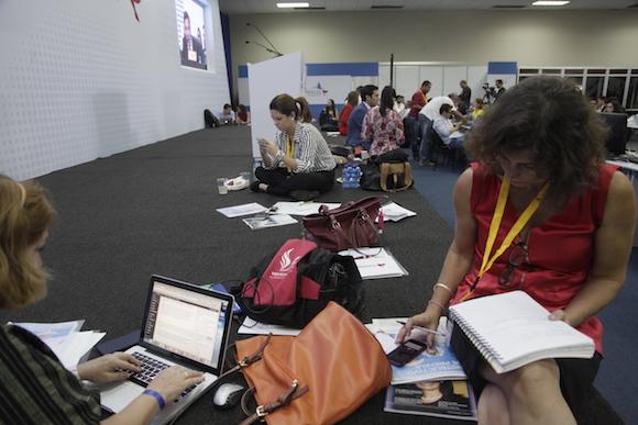 Esperando que empiece la Cumbre. Foto: Ismael Francisco/ Cubadebate