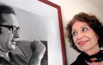 Lilia Ferreyra ante una foto de Rodolfo Walsh.