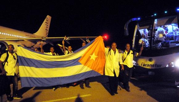 Un total de 54 Colaboradores médicos cubanos que se encontraban en Sierra Leona, combatiendo el Ebola, regresan a la patria tras finalizar su misión satisfactoriamente, por el Aeropuerto de Varadero, en Matanzas, Cuba, el  el 1 de abril del 2015.  AIN FOTO/Oriol de la Cruz ATENCIO/
