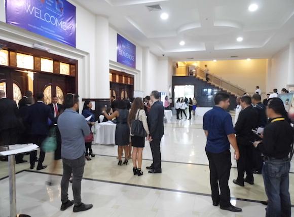 En el lobby del Hotel El Panamá, donde sesiona el foro juvenil. Los participantes están llegando.