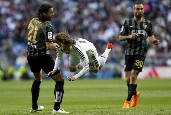 Modric recibe la falta de Sergio Sánchez. Foto: Claudio Alvarez.