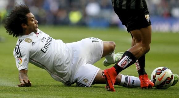 Marcelo se lanza al césped a recuperar el balón. Foto: Claudio Alvarez.