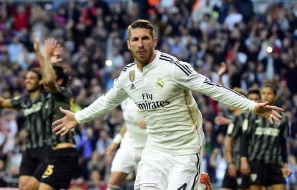 Sergio Ramos celebra el 1-0 ante las protestas de Kameni. Foto: Afp.