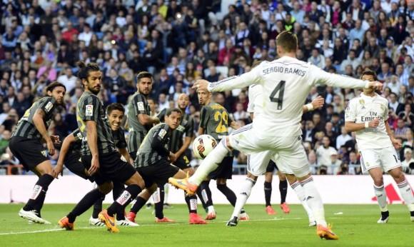 Sergio Ramos remata el lanzamiento de falta de Cristiano para lograr el 1-0 en el minuto 24. Foto: Afp.