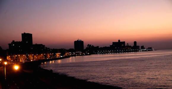 El Malecón de La Habana al caer la tarde de domingo. Foto: Ismael Francisco/ Cubadebate