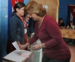 La ministra cubana de Justicia, María Esther Reus ejerce su derecho al voto