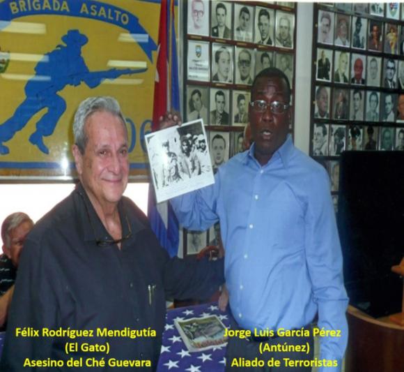 """Félix Rodríguez, el asesino del Che, muestra la foto del cadávez del Che, junto uno de los """"disidentes"""" cubanos invitados al foro de la Sociedad Civil en Panamá."""