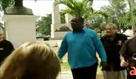 Antúnez y Félix Rodríguez Mendigutía junto al busto de José Martí frente a la embajada cubana en Panamá. Foto tomada de video de América Tv en Youtube.