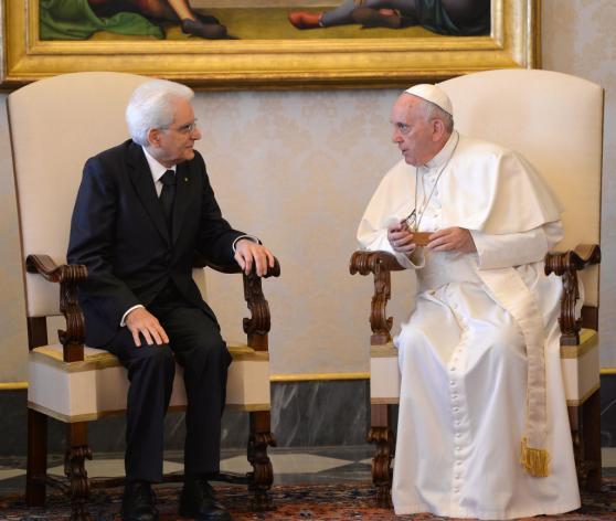 El papa Francisco conversa con el presidente italiano Sergio Mattarella durante una audiencia privada en el despacho del pontífice en el Vaticano. Foto: AP.