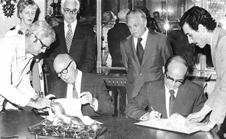 (De izquierda a derecha) Rafael Rodríguez, Mary Ripley, Jon D. Glassman, S. Dillon Ripley, Abelardo Moreno, Tirso W. Sáenz, y Sergio Jorge Pastrana en el 1980 firma del memorando de entendimiento entre la Academia Cubana y la Smithsonian Institution. Crédito: la Academia Cubana
