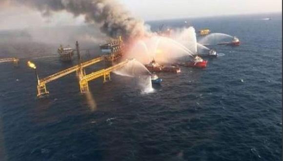 Luego de 15 horas de labores, equipos de emergencia lograron apagar el incendio en una plataforma de Pemex, en el Golfo de México.