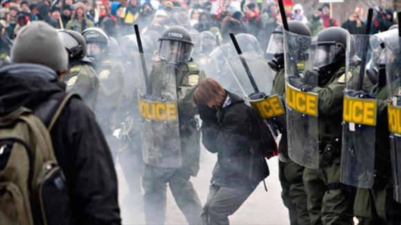 Policía canadiense se enfrenta con los estudiantes en una protesta estudiantil contra el alza de matrículas universitarias en Quebec