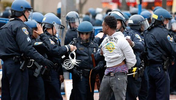 La policía de Baltimore arrestó a varias personas durante una protesta. Foto: AP.
