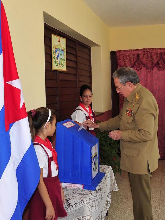 Raúl Castro ejerce su derecho al voto, el 19 de abril de 2015. Foto: Estudios Revolución