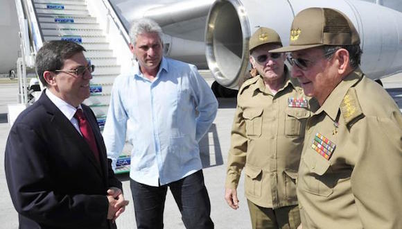 El General de Ejército Raúl Castro Ruz fue recibido por los miembros del Buró Político Miguel Díaz-Canel Bermúdez, primer vicepresidente de los Consejos de Estado y de Ministros y el general de cuerpo de Ejército Abelardo Colomé Ibarra, ministro del Interior. Foto: Estudio Revolución
