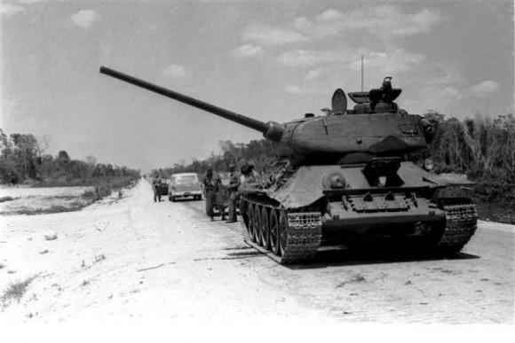 Tanque de las fuerzas revolucionarias avanza hacia Playa Girón.