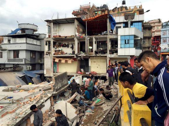 Terremoto en Nepal povoca 758 muertos y pone en peligro a escaladores del Everest